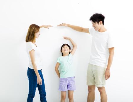 Gelukkig ouder meet de groei van dochter Stockfoto - 60232308