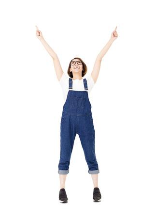 mujer excitada joven con gesto señalando