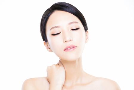collo: primo piano della giovane donna con la pelle pulita