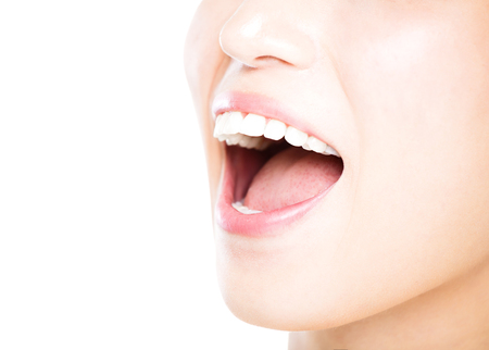 mujer joven de cerca con los grandes dientes blancos sanos