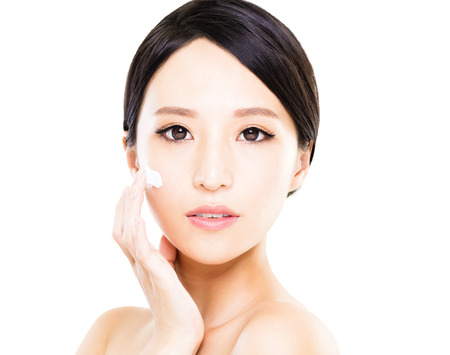얼굴에 화장품 크림 로션을 적용 아름 다운 여성의