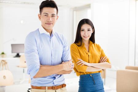business: người đàn ông kinh doanh trẻ tuổi và phụ nữ đang đứng trong văn phòng