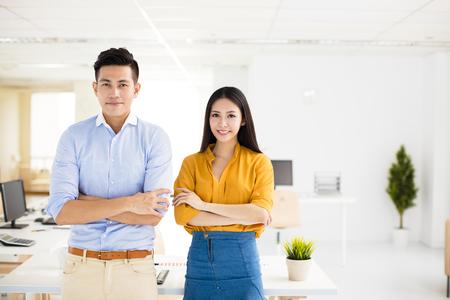 若いビジネス人と事務所で立っている女性