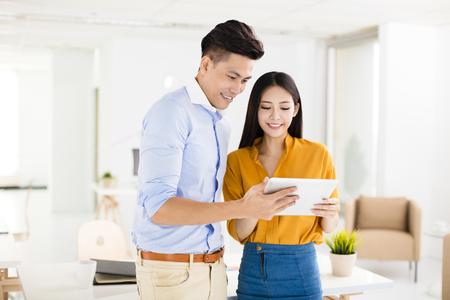 사무실에서 근무하는 젊은 비즈니스 남자와 여자 스톡 콘텐츠