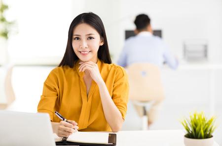 Jonge mooie zakenvrouw werken in kantoor