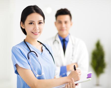 leende Läkare som arbetar på sjukhuset Stockfoto