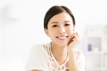 agrandi visage jeune femme asiatique souriante Banque d'images