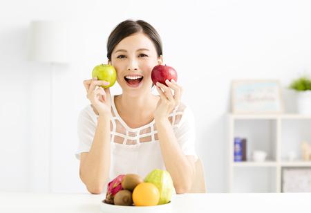 Jonge mooie vrouw met gezond fruit Stockfoto