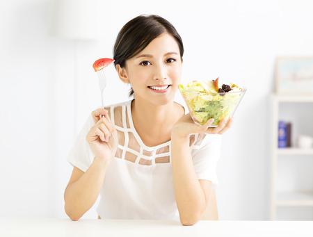 건강한 음식을 먹고 아름 다운 젊은 여자를 스톡 콘텐츠