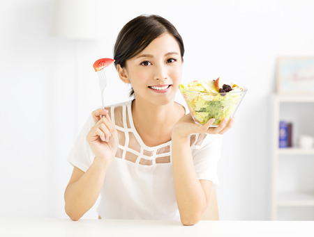 hermosa mujer joven comer alimentos saludables