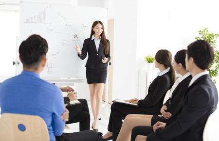 Zakenvrouw presenteren nieuw project aan partners in het kantoor