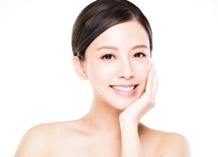 Close-up jonge vrouw gezicht met schone huid Stockfoto - 63240505