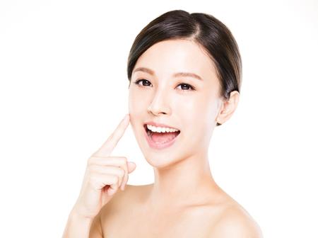 gesto: detailním mladá žena tvář s čistou kůži Reklamní fotografie