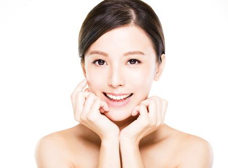 visage: closeup jeune femme visage souriant avec une peau propre