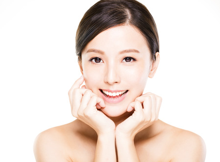 vẻ đẹp: closeup phụ nữ trẻ mỉm cười khuôn mặt với làn da sạch