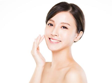 Detailní mladá žena usmívající se tvář s čistou kůží