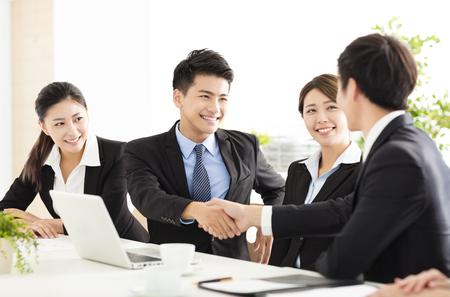 apreton de mano: la gente de negocios dándose la mano durante la reunión