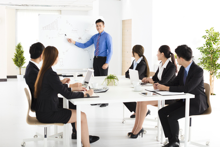 utbildning: Affärsman presentera nya projekt till partners i kontor Stockfoto