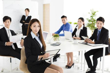 Groep gelukkige jonge mensen uit het bedrijfsleven in vergadering Stockfoto