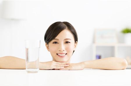 mujer joven y atractiva con un vaso de agua
