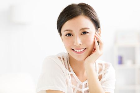 근접 촬영 웃는 젊은 아시아 여자 얼굴