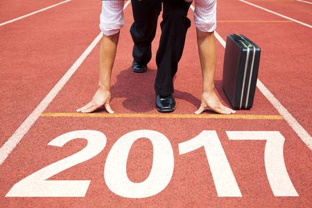 hombre de negocios listo para funcionar y 2017 concepto de año nuevo