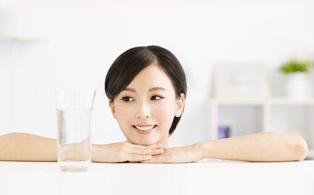 Aantrekkelijke jonge vrouw met een glas water Stockfoto - 63240522