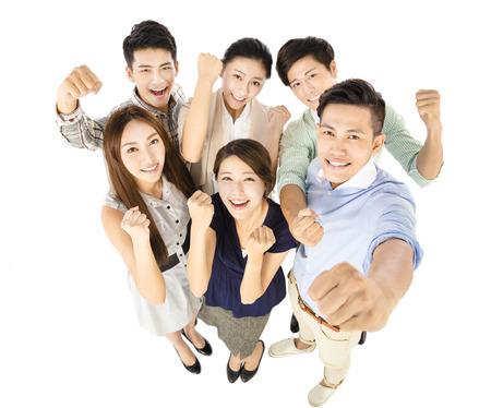 feliz equipo de negocios joven con el gesto de éxito