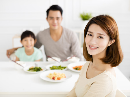lifestyle: glücklich asiatische junge Familie, die ihr Abendessen genießen