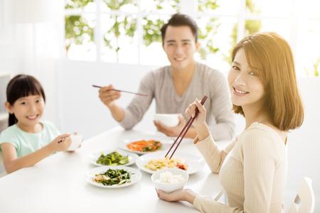 arroz chino: Familia feliz joven asiático disfrutar de su cena