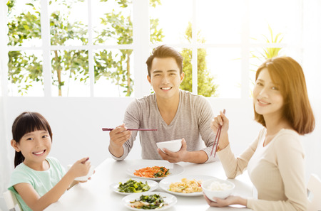 estilo de vida: Família feliz nova asiática desfrutar de seu jantar