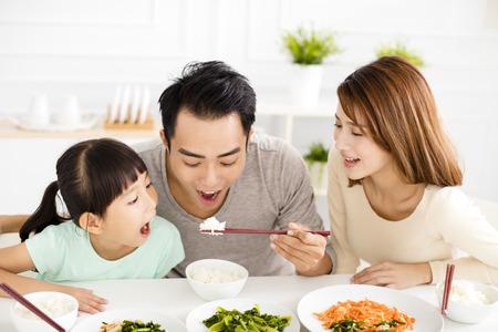arroz chino: Familia feliz joven asiático disfrutar de su almuerzo