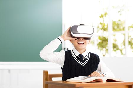 studente con auricolare realtà virtuale seduto in aula