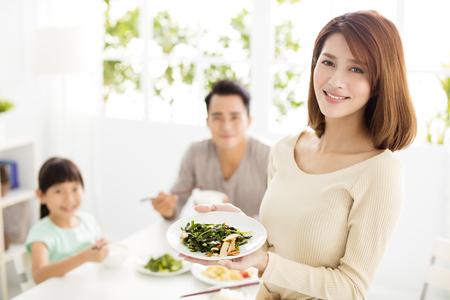 Familia feliz joven asiático disfrutar de su cena