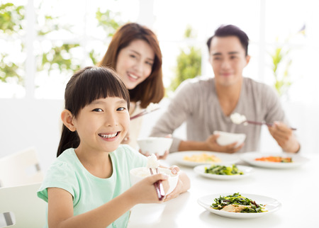 幸福的家庭享受他們的晚餐