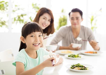 행복 한 젊은 가족들이 저녁 식사를 즐길 수