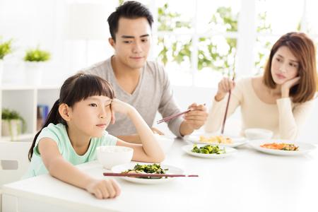 Niño se niega a comer mientras cena familiar Foto de archivo - 65858846