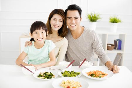 행복 한 아시아 젊은 가족들이 저녁 식사를 즐길 수