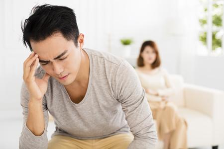 Streit zwischen Ehemann und Ehefrau Standard-Bild - 64817283