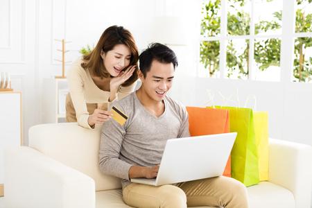 esposas: Pareja joven de compras en línea con tarjeta de crédito Foto de archivo