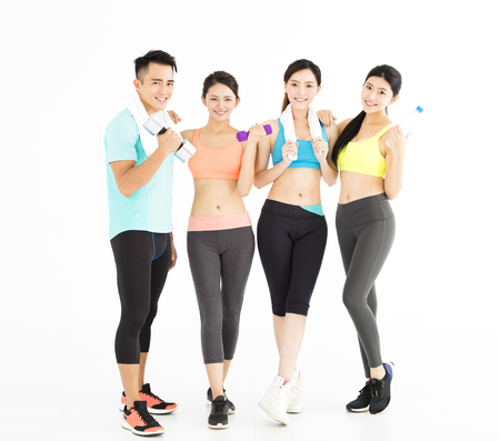 fitness hombres: joven grupo de gente feliz aptos pie en el gimnasio Foto de archivo