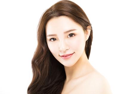 Portret młodej pięknej kobiety na białym tle