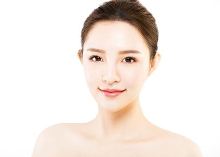 skönhet: Närbild ung kvinna ansikte isolerad på vitt Stockfoto