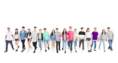 gelukkige jonge groep mensen samen vooruit loopt Stockfoto