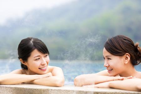 feliz mujer joven relajante en las aguas termales Foto de archivo