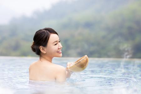 온천에서 휴식 행복 한 젊은 여자