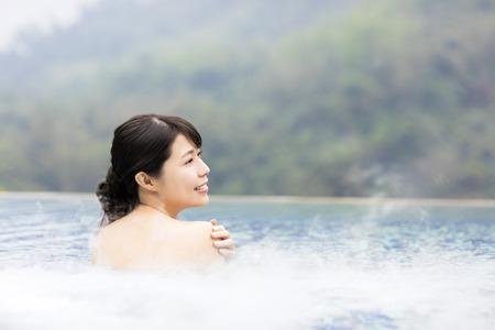 счастливая молодая женщина, отдых в горячих источниках Фото со стока