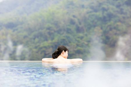 bañarse: joven relajante en las aguas termales Foto de archivo