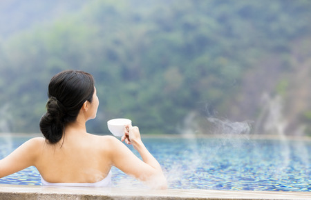 jonge vrouw ontspannen in warmwaterbronnen Stockfoto