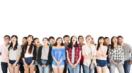 gelukkige jonge studentengroep die hierboven kijken